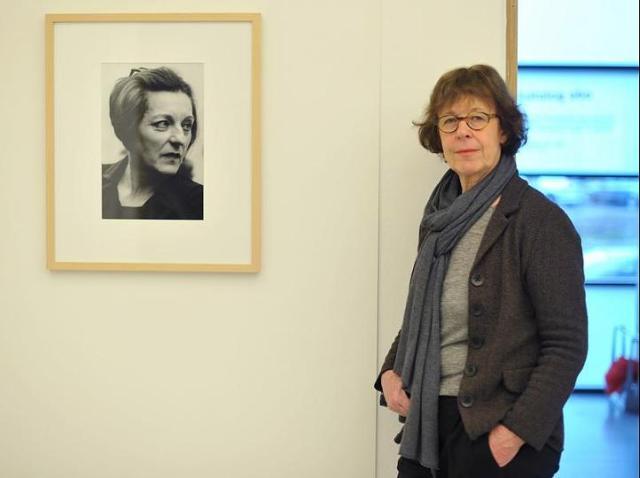 Kunst-Die-Fotografin-Barbara-Klemm-neben-einem-Portraet-der-Literaturnobelpreistraegerin-Herta-Mueller
